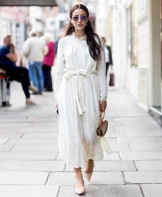 Cómo combinar: cartera de cuero marrón, zapatos de tacón de cuero en beige, falda midi de seda blanca, blusa de botones de seda blanca