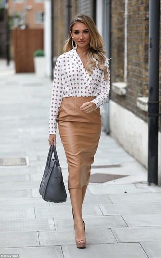 Cómo combinar: bolsa tote de cuero gris, zapatos de tacón de cuero marrón claro, falda midi de cuero marrón claro, blusa de manga larga a lunares blanca