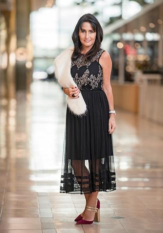 Cómo combinar: bufanda de pelo blanca, zapatos de tacón de ante burdeos, falda midi de gasa plisada negra, blusa sin mangas con adornos negra