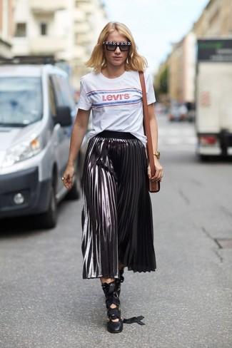Cómo combinar: bolso bandolera de cuero marrón, zapatos de tacón de cuero negros, falda midi plisada plateada, camiseta con cuello circular estampada blanca