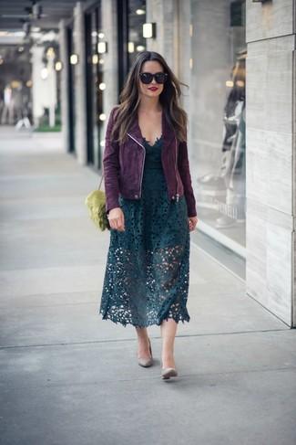 Cómo combinar: bolso bandolera de pelo verde oliva, zapatos de tacón de cuero grises, falda midi de encaje verde oscuro, chaqueta motera de ante morado oscuro