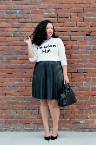 Cómo combinar: bolsa tote de cuero negra, zapatos de tacón de ante negros, falda midi plisada negra, jersey con cuello circular estampado en blanco y negro
