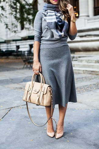 Combinar un bolso de hombre de cuero en beige: Muestra tu lado lúdico con un jersey con cuello circular gris y un bolso de hombre de cuero en beige. Zapatos de tacón de cuero en beige son una sencilla forma de complementar tu atuendo.
