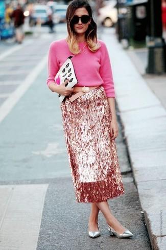 Combinar unos zapatos de tacón de cuero plateados: Para un atuendo que esté lleno de caracter y personalidad elige un jersey con cuello circular rosa y una falda midi de lentejuelas rosada. Zapatos de tacón de cuero plateados son una opción práctica para complementar tu atuendo.