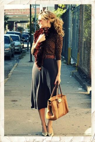 Cómo combinar: bolso de hombre de cuero marrón claro, zapatos de tacón de cuero dorados, falda midi en gris oscuro, jersey con cuello circular de leopardo marrón