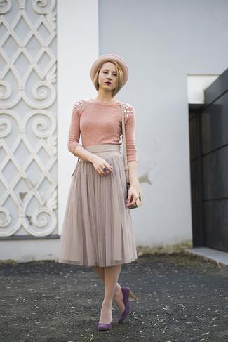 Cómo combinar: bolso bandolera de cuero en beige, zapatos de tacón de ante morado, falda midi de gasa plisada gris, jersey con cuello circular con adornos rosado