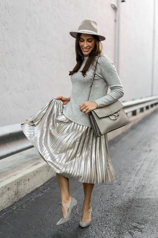 Cómo combinar: bolso de hombre de cuero gris, zapatos de tacón de ante grises, falda midi plisada plateada, jersey de cuello alto gris