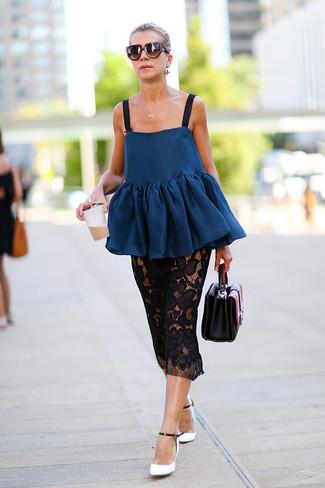 Cómo combinar: cartera de cuero negra, zapatos de tacón de cuero en blanco y negro, falda midi de encaje negra, top con sobrefalda azul marino
