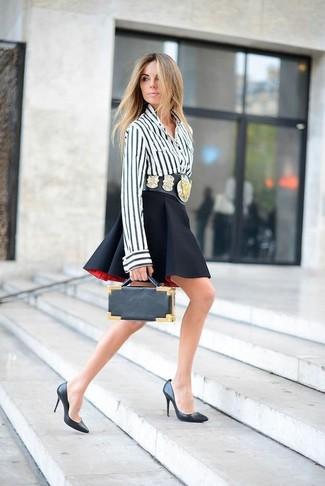 Cómo combinar: cartera sobre de cuero negra, zapatos de tacón de cuero negros, falda skater negra, blusa de botones de rayas verticales en blanco y negro