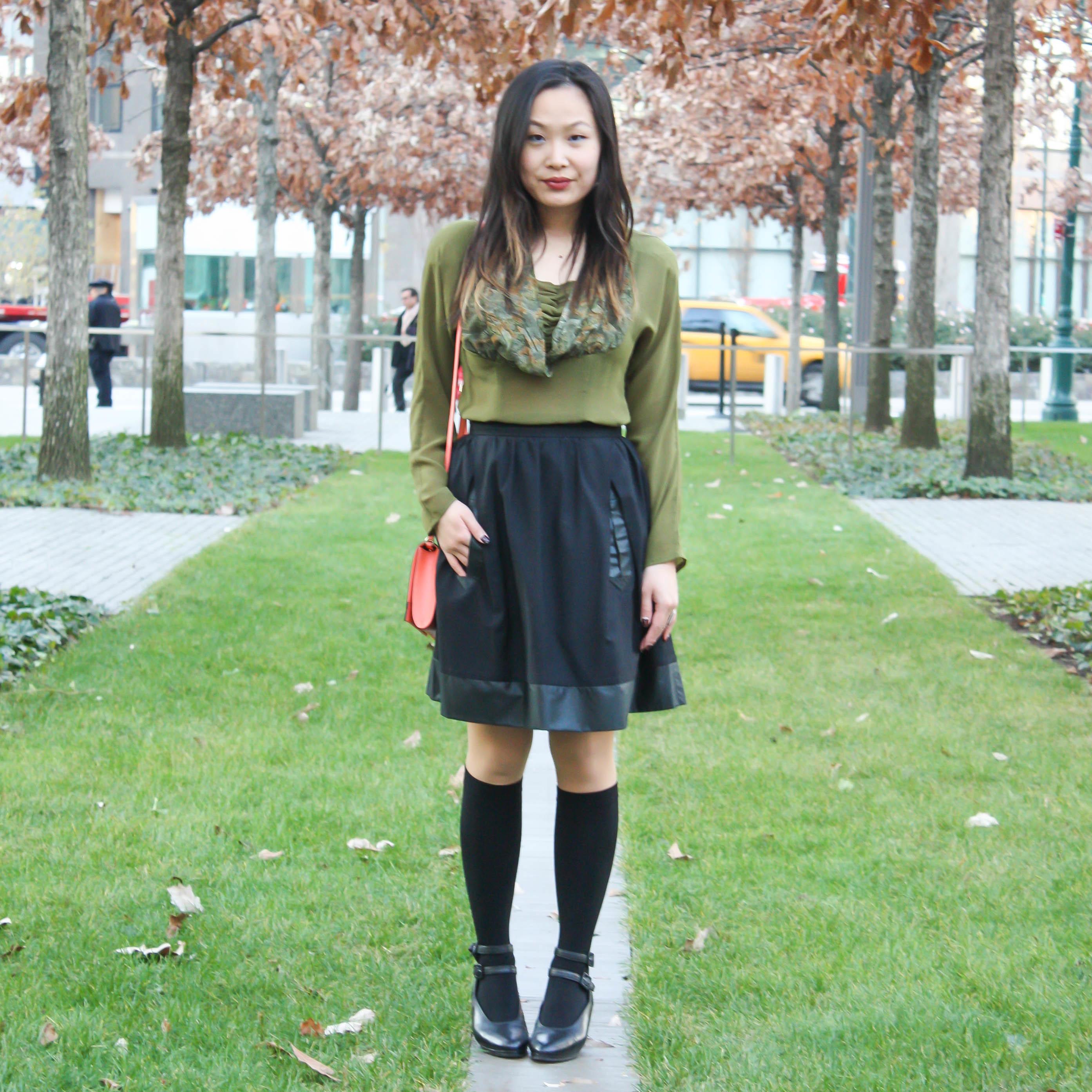 98544126e Cómo combinar una blusa de manga larga verde oscuro con una falda ...