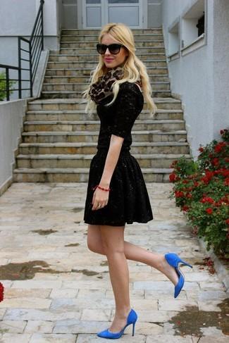Cómo combinar: bufanda de leopardo marrón claro, zapatos de tacón de ante azules, falda skater de lentejuelas negra, camiseta de manga larga de encaje negra