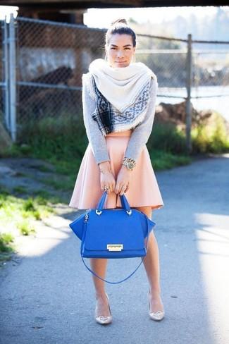 Combinar un bolso de hombre de cuero azul: Usa un jersey con cuello circular gris y un bolso de hombre de cuero azul para un look agradable de fin de semana. Zapatos de tacón de cuero en beige son una opción incomparable para completar este atuendo.