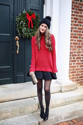 Combinar una falda skater negra: Equípate un jersey de cuello alto de punto rojo con una falda skater negra para un look diario sin parecer demasiado arreglada. Zapatos de tacón de cuero negros son una opción práctica para completar este atuendo.