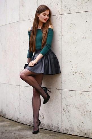 Combinar unas medias de red negras: Elige por la comodidad con un top con hombros descubiertos verde oscuro y unas medias de red negras. Zapatos de tacón de cuero negros son una opción excelente para complementar tu atuendo.