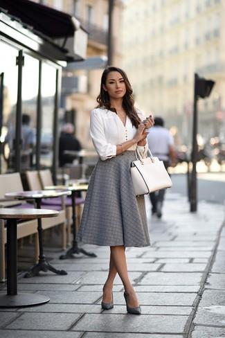 Cómo combinar: bolsa tote de cuero blanca, zapatos de tacón de cuero grises, falda campana gris, blusa de manga larga blanca