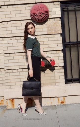 Cómo combinar: bolso de hombre de cuero negro, zapatos de tacón de cuero con print de serpiente grises, falda lápiz negra, camisa polo verde oscuro