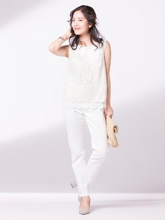 Cómo combinar: cartera sobre de paja marrón claro, zapatos de tacón de ante grises, pantalón chino blanco, blusa sin mangas de encaje blanca