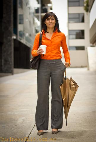 Cómo combinar: bolso de hombre de cuero negro, zapatos de tacón de cuero grises, pantalón de vestir de tartán gris, camisa de vestir naranja