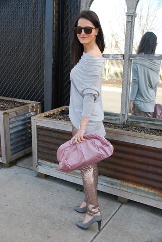Cómo combinar: cartera sobre de satén rosada, zapatos de tacón de ante grises, pantalones pitillo de lentejuelas dorados, camiseta de manga larga gris