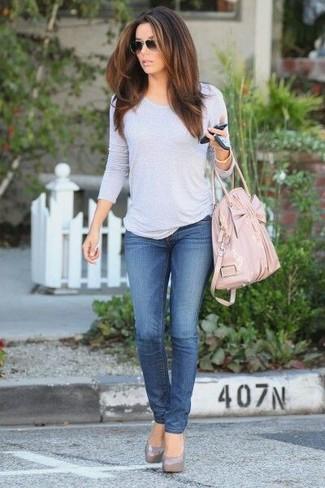 Cómo combinar: bolsa tote de cuero rosada, zapatos de tacón de cuero grises, vaqueros azules, camiseta de manga larga gris