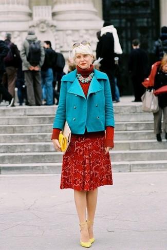 Cómo combinar: cartera sobre de cuero amarilla, zapatos de tacón de cuero amarillos, jersey de cuello alto de punto rojo, chaquetón en turquesa