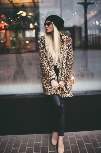 Cómo combinar: bolso bandolera de cuero naranja, zapatos de tacón de cuero marrón claro, leggings de cuero negros, abrigo de piel de leopardo marrón