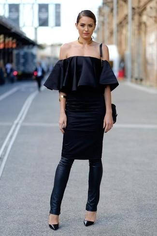 Cómo combinar: bolso bandolera de cuero negro, zapatos de tacón de cuero negros, leggings de cuero negros, vestido con hombros al descubierto negro