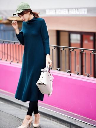 Cómo combinar: bolso de hombre de cuero blanco, zapatos de tacón de cuero en beige, leggings negros, vestido midi de lana en verde azulado
