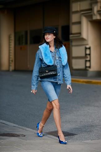 Cómo combinar: bolso de hombre de cuero acolchado negro, zapatos de tacón de satén con adornos azules, mallas ciclistas vaqueras azules, chaqueta vaquera azul