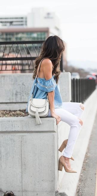 Cómo combinar: bolso bandolera de cuero blanco, zapatos de tacón de ante marrón claro, vaqueros desgastados blancos, top con hombros descubiertos celeste