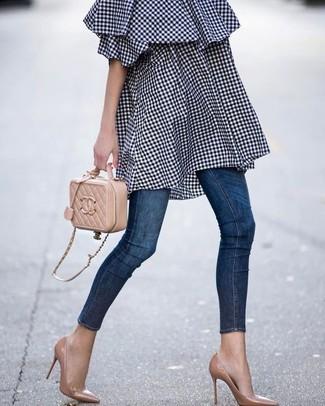 Cómo combinar: bolso bandolera de cuero acolchado marrón claro, zapatos de tacón de cuero marrón claro, vaqueros pitillo azul marino, vestido con hombros al descubierto de cuadro vichy azul marino