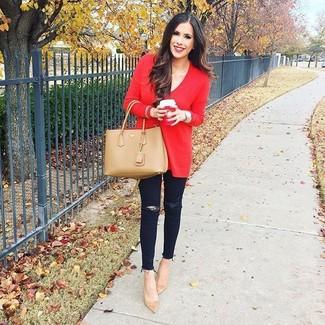 Cómo combinar: bolsa tote de cuero marrón claro, zapatos de tacón de ante marrón claro, vaqueros pitillo desgastados negros, jersey oversized rojo