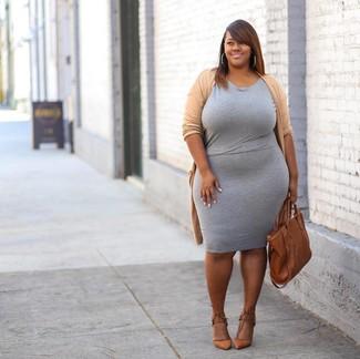 Cómo combinar: bolsa tote de cuero en tabaco, zapatos de tacón de cuero marrón claro, vestido ajustado gris, cárdigan abierto marrón claro