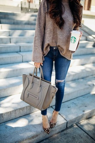 Cómo combinar: bolsa tote de cuero gris, zapatos de tacón de ante de leopardo marrónes, vaqueros pitillo desgastados azules, jersey oversized marrón
