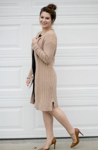 Combinar una cartera sobre de cuero blanca: Opta por un cárdigan abierto marrón claro y una cartera sobre de cuero blanca para un look agradable de fin de semana. Zapatos de tacón de cuero marrónes son una opción buena para complementar tu atuendo.