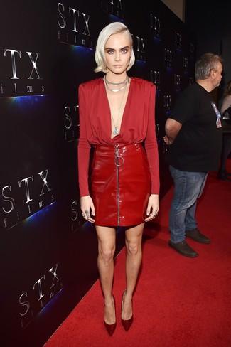 Cómo combinar: collar plateado, zapatos de tacón de satén burdeos, minifalda de cuero roja, blusa de manga larga roja