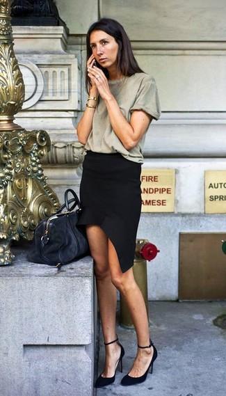Cómo combinar: bolso deportivo de ante negro, zapatos de tacón de ante negros, minifalda negra, camiseta con cuello circular verde oliva