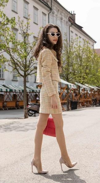 Cómo combinar: bolso de hombre de cuero rojo, zapatos de tacón de cuero grises, minifalda de tweed marrón claro, chaqueta de tweed marrón claro
