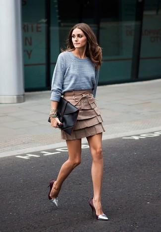 Cómo combinar: cartera sobre de cuero negra, zapatos de tacón de cuero plateados, minifalda de cuero marrón, jersey con cuello circular gris