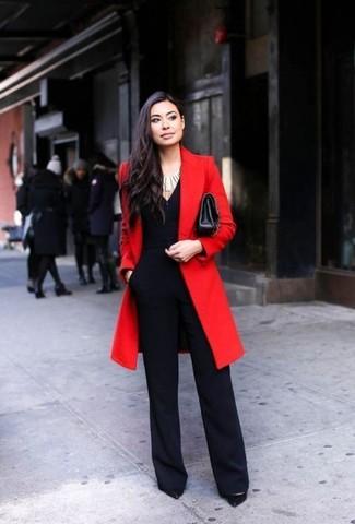 Cómo combinar: bolso bandolera de cuero negro, zapatos de tacón de cuero negros, mono negro, abrigo rojo