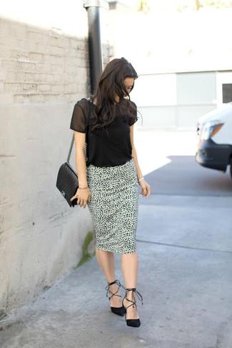 Cómo combinar: bolso bandolera de cuero acolchado negro, zapatos de tacón de ante negros, falda lápiz estampada en blanco y negro, camiseta con cuello circular de malla negra