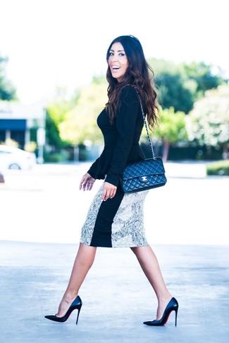 Cómo combinar: bolso bandolera de cuero acolchado negro, zapatos de tacón de cuero negros, falda lápiz estampada en blanco y negro, jersey con cuello circular negro