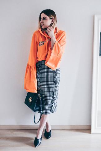 Cómo combinar: bolso bandolera de cuero negro, zapatos de tacón de cuero negros, falda lápiz de tartán gris, sudadera con capucha estampada naranja