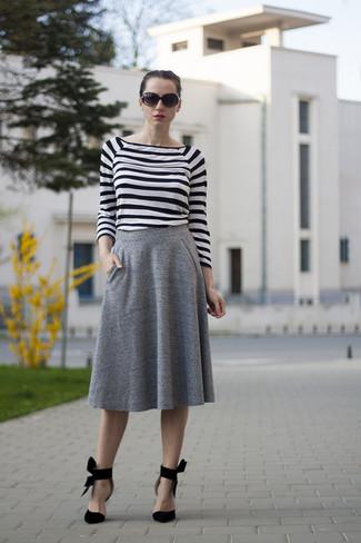 Cómo combinar: gafas de sol negras, zapatos de tacón de ante negros, falda midi plisada gris, camiseta de manga larga de rayas horizontales en blanco y negro