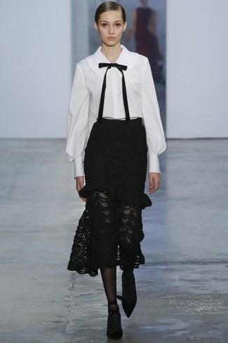 Cómo combinar: medias negras, zapatos de tacón de ante negros, falda midi de encaje negra, blusa de botones en blanco y negro