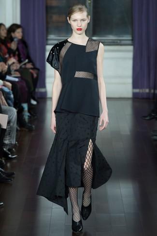 Cómo combinar: medias de red negras, zapatos de tacón de cuero negros, falda midi plisada negra, blusa sin mangas negra