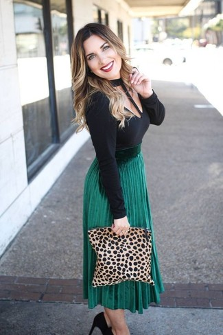 Look de moda: Cartera sobre de ante de leopardo marrón claro, Zapatos de tacón de ante negros, Falda midi plisada verde, Camiseta de manga larga con recorte negra
