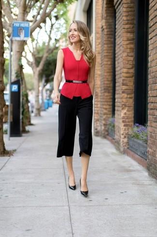 Cómo combinar: cinturón de cuero con adornos negro, zapatos de tacón de cuero negros, falda pantalón negra, blusa sin mangas roja