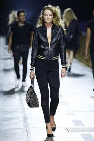 Cómo combinar: bolso de hombre de cuero bordado negro, zapatos de tacón de cuero negros, leggings negros, cazadora de aviador de cuero negra