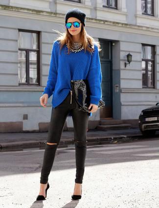 Cómo combinar: gorro negro, zapatos de tacón negros, leggings de cuero negros, jersey oversized azul